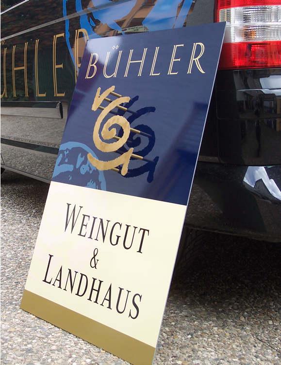 Werbeschild mit abgesetztem Logo aus Edelstahl-Gold