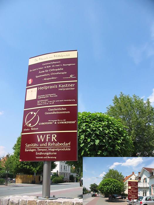 Werbe-Pylon am Beispiel eines Praxis-Gebäudes