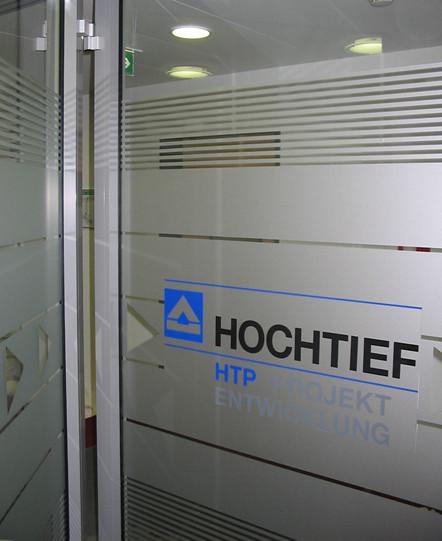 """Eingangsbereich zu Büroräumen beklebt mit """"Milchglasfolie"""", in die Muster geschnitten sind. Logo zus"""