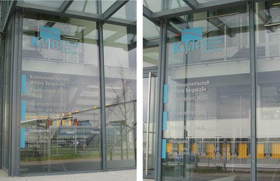 Eingangstür mit Öffnungszeiten und Kundeninformationen; 3-farbig