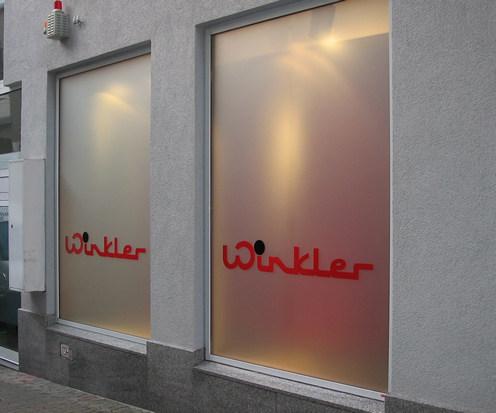 """Schaufenster vollflächig mit """"Milchglasfolie"""" beklebt + Logo 2-farbig"""